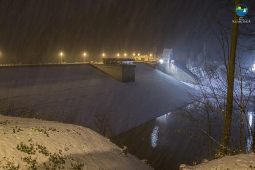 Zapora zimą w nocy